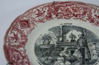 The fine detail on the pink border of the scalloped edge of the La Crinoline plate.